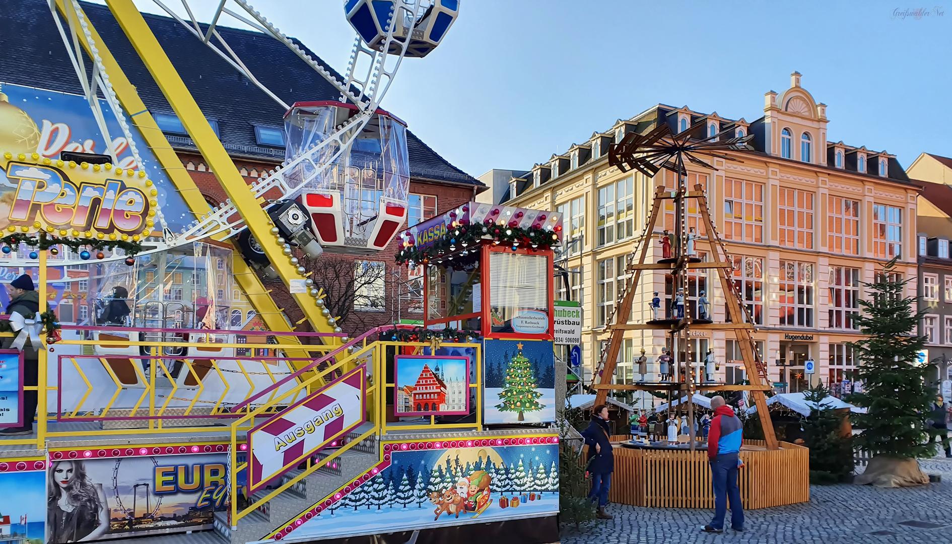 Riesenrad und Weihnachtspyramide auf dem Weihnachtsmarkt Greifswald