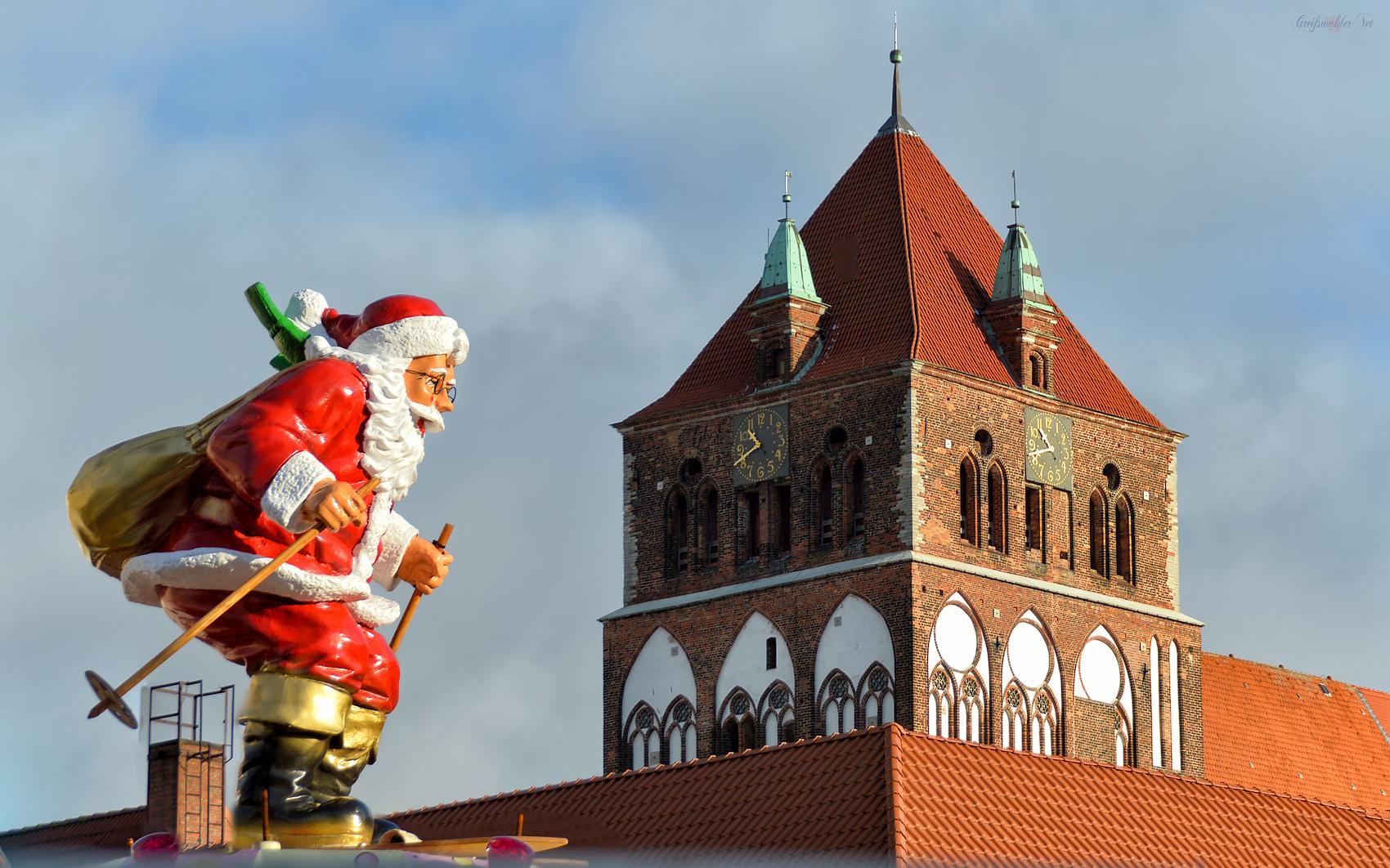 Endspurt - Morgen wird der Weihnachtsmarkt in Greifswald eröffnet.