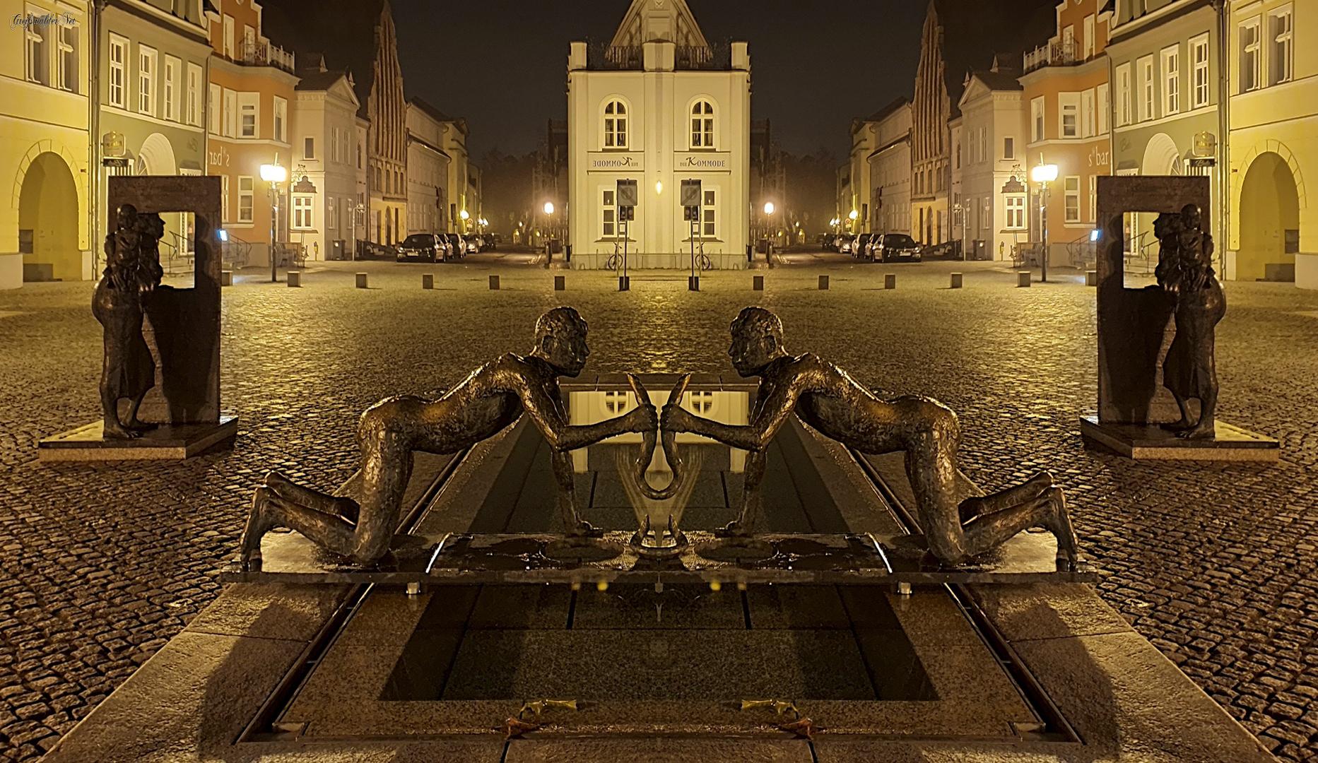Spiegelung - Fischerbrunnen auf dem Fischmarkt in Greifswald