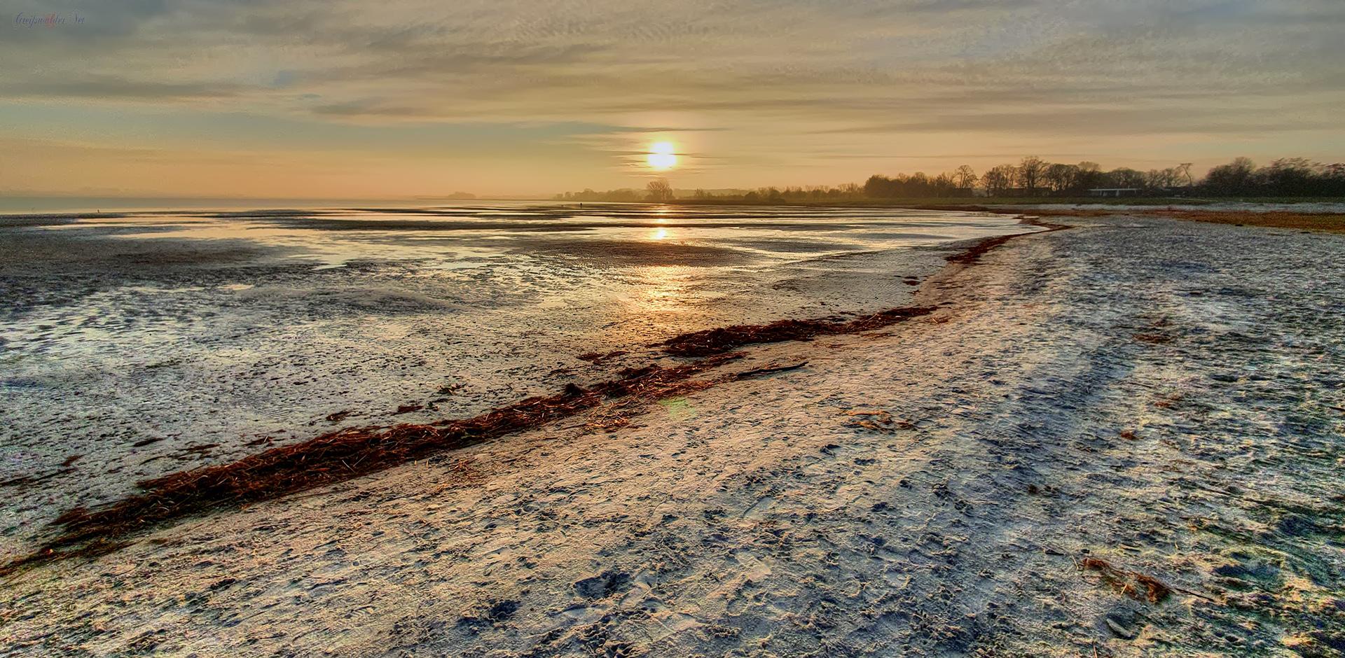 Niedrigwasser im Gegenlicht am Strand in Greifswald-Eldena