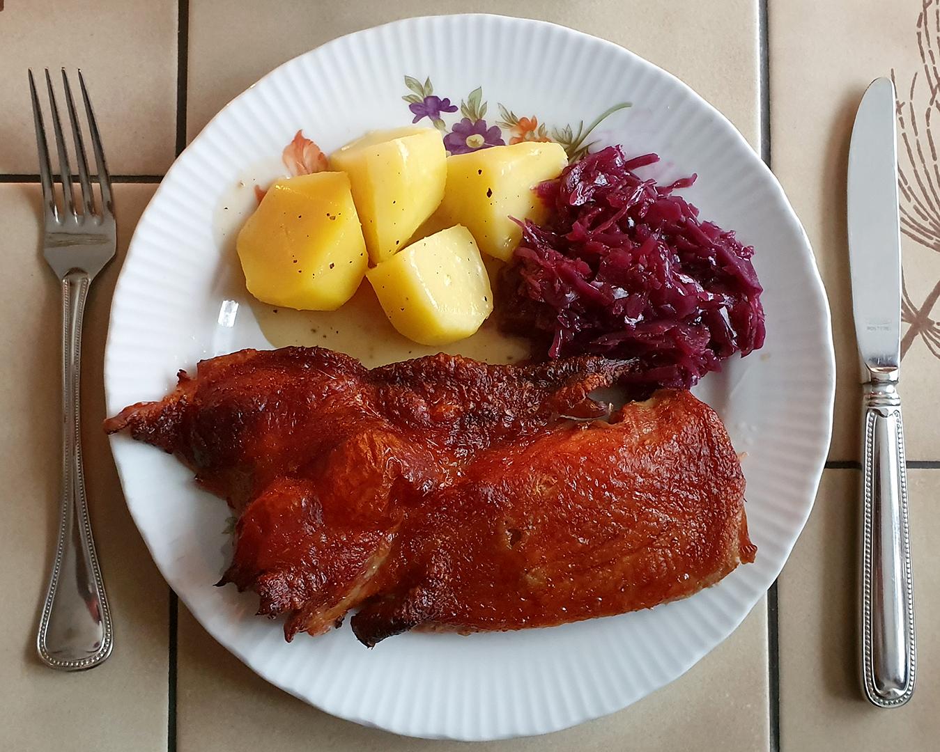 Knusperente mit Kartoffeln und Rotkohl