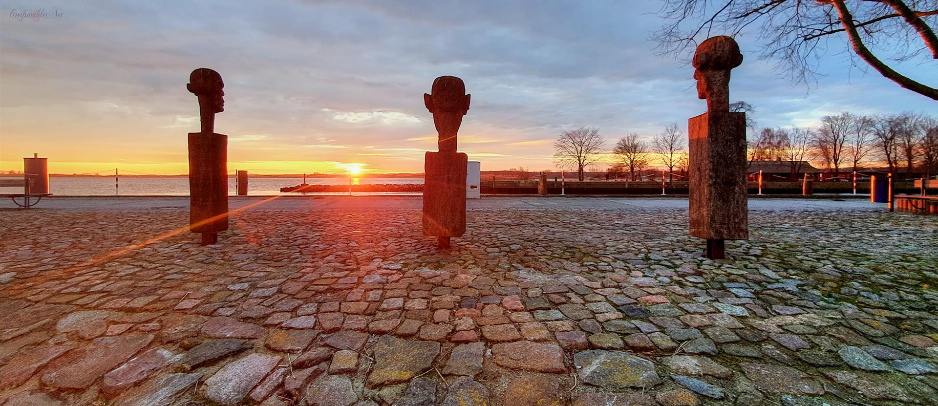 """Sonnenaufgang bei """"Die drei Weisen"""" an der Mole in Greifswald-Wieck"""