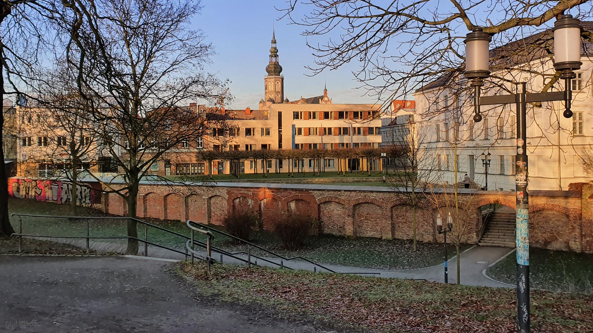 Wall und Stadtmauer - Blick zum Dom in Greifswald