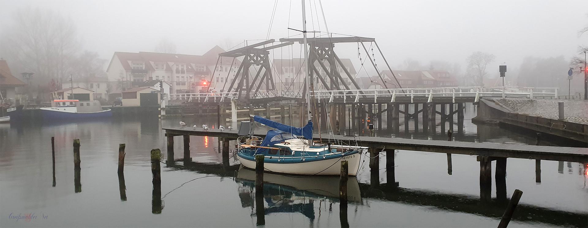 Nebel und Nieselregen an der Brücke in Greifswald-Wieck