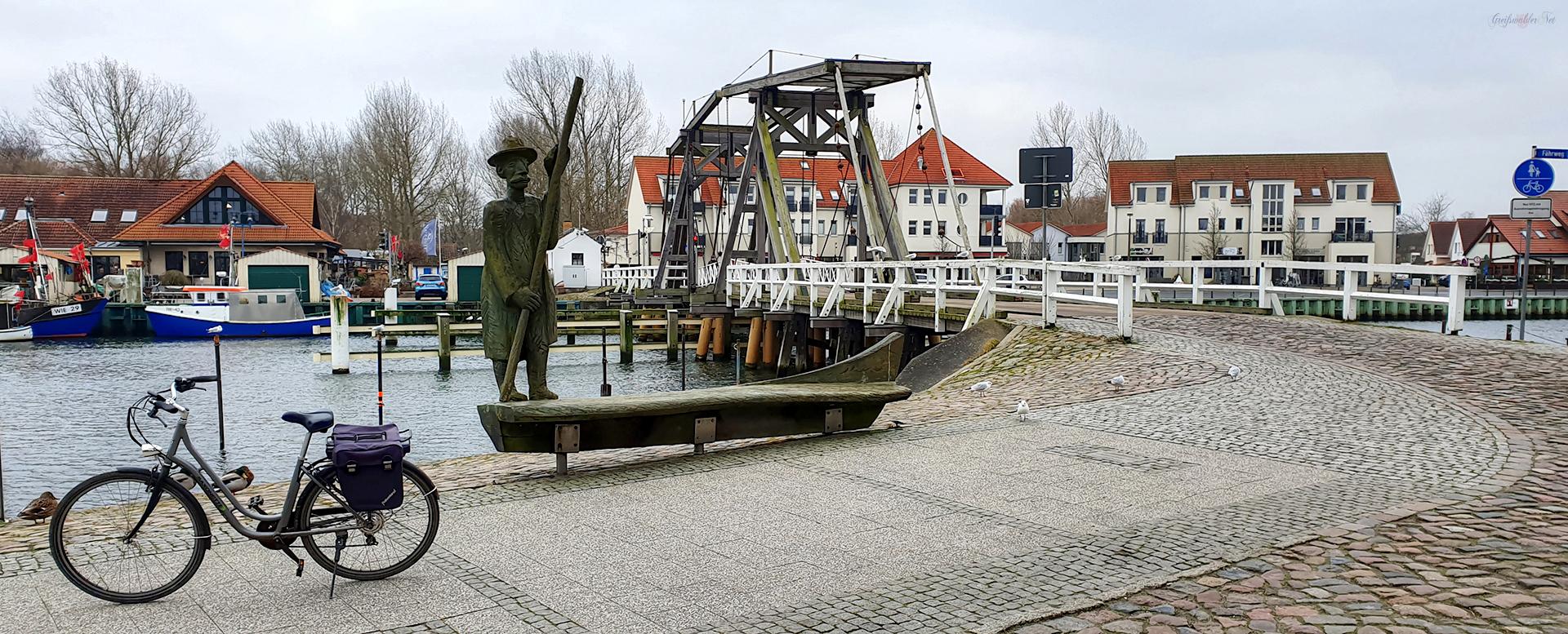 Trüber Tag im Januar an der Brücke in Greifswald-Wieck