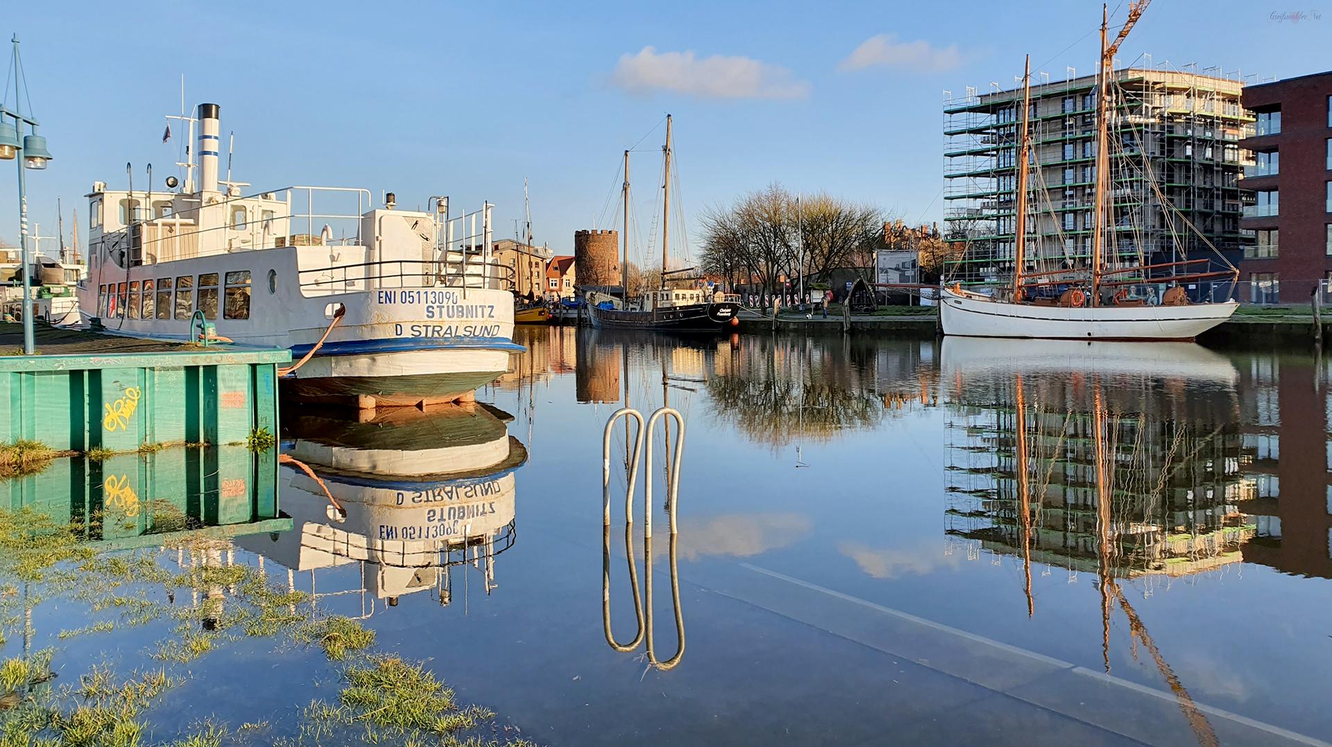 Spiegelung am Museumshafen in Greifswald