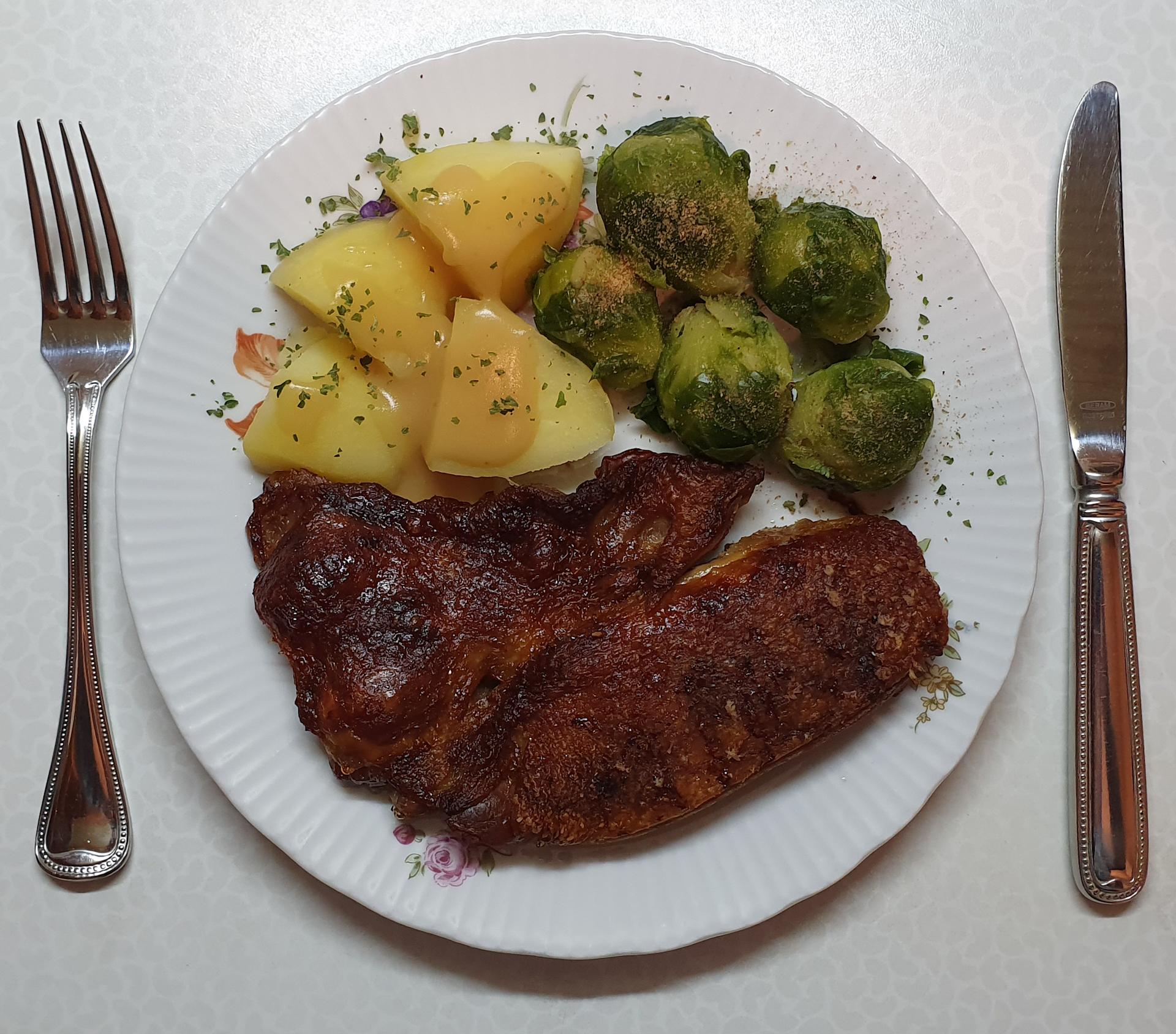 Knusperente mit Rosenkohl und Kartoffeln