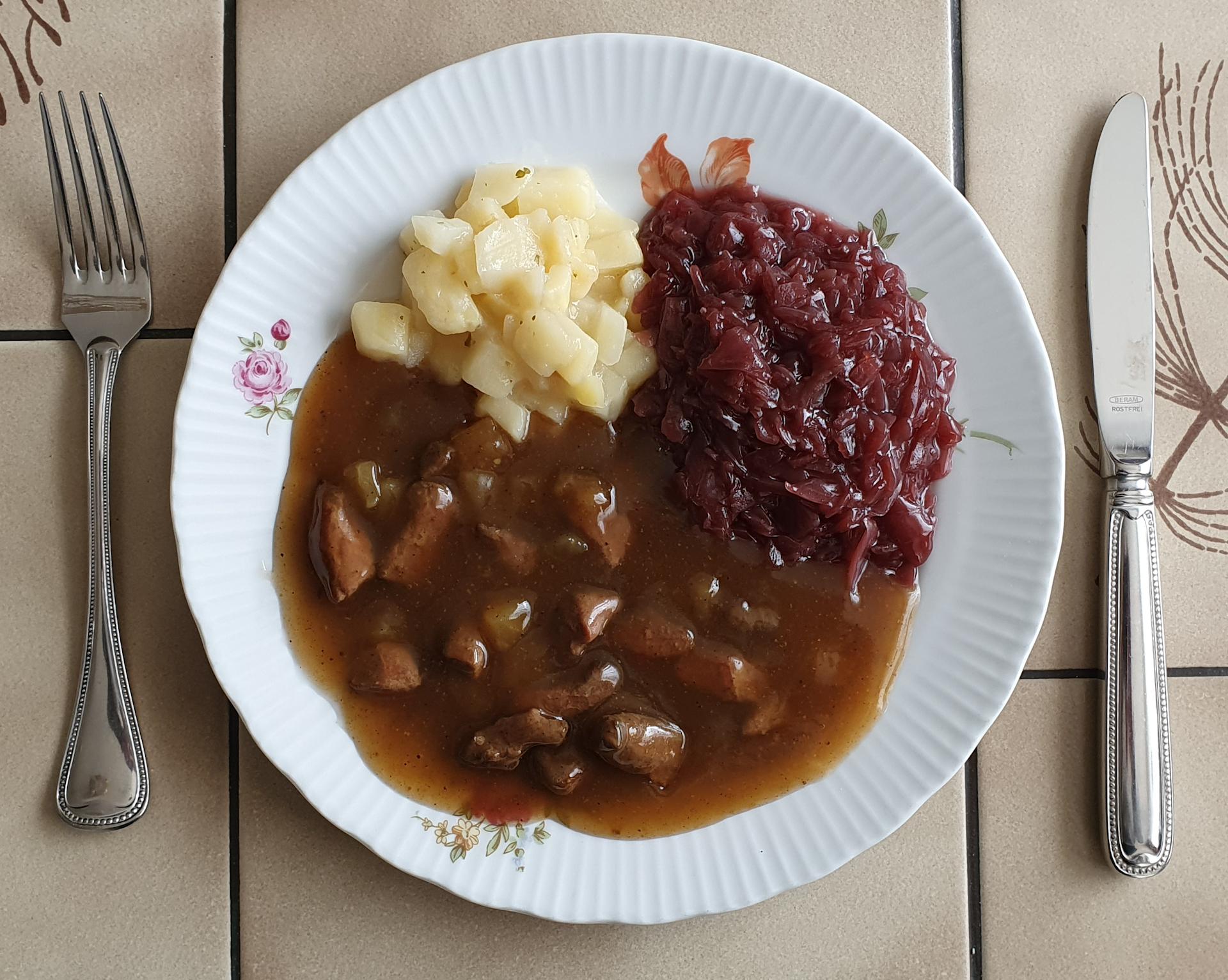 Entenfleisch mit Kartoffelwürfel und Rotkohl