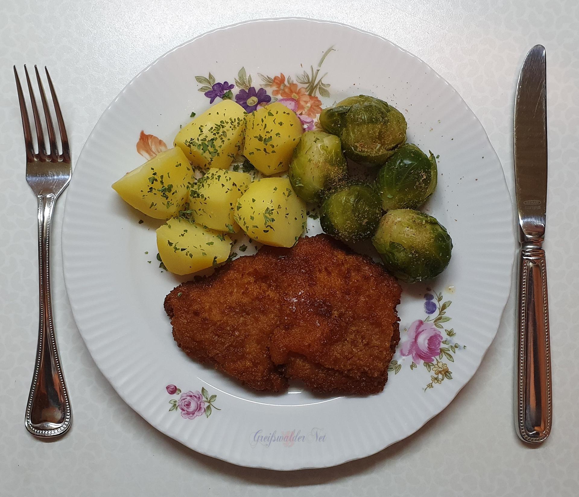 Hähnchenschnitzel mit Kartoffeln und Rosenkohl