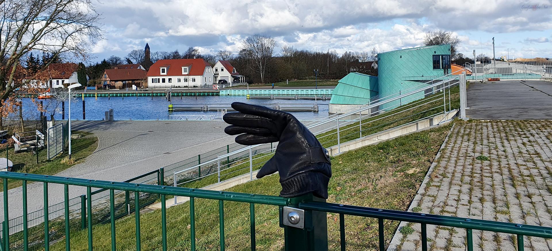 Lost in Greifswald-Wieck - verlorener Handschuh am Sperrwerk