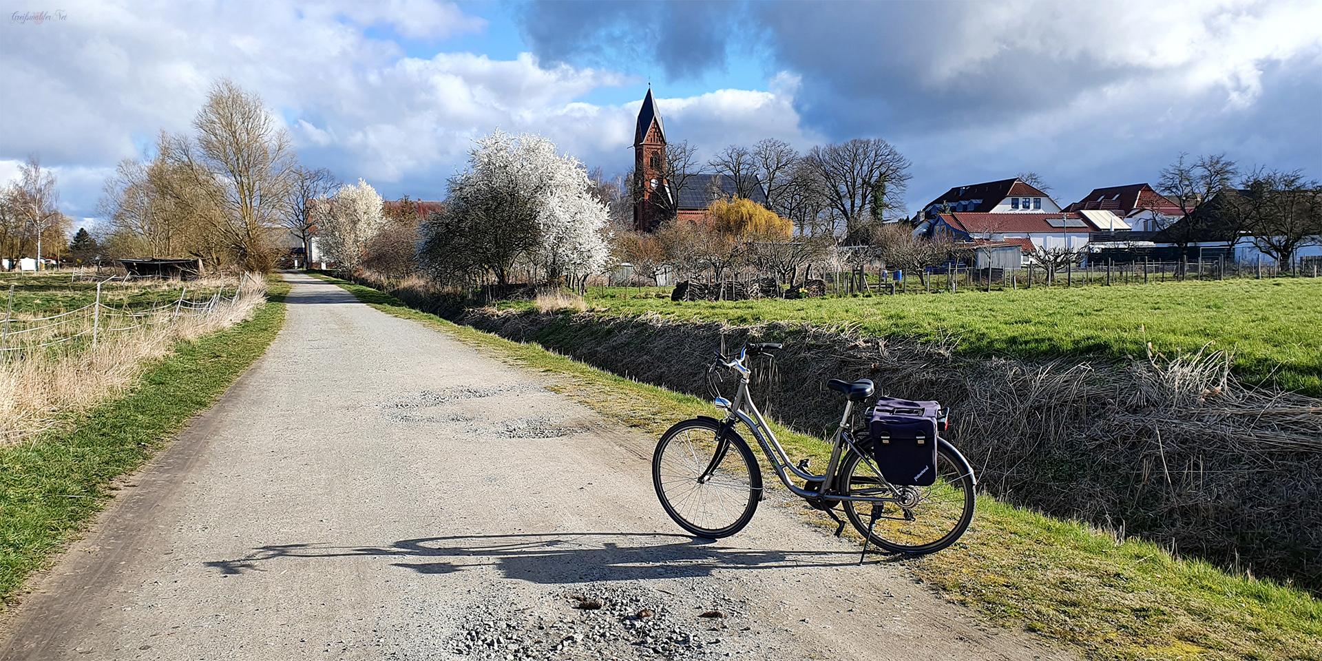 Sonntag an der Kirche in Greifswald-Wieck