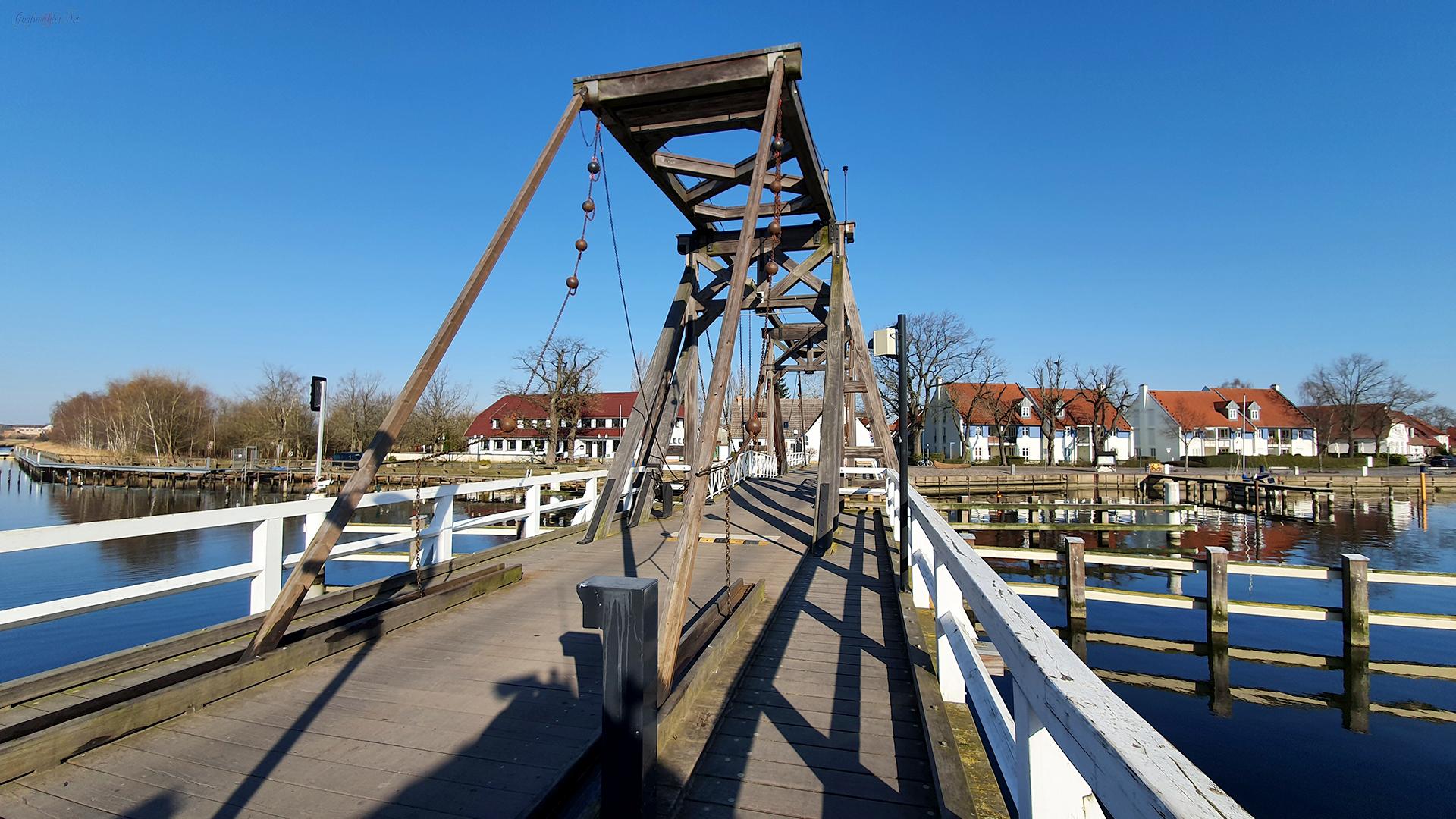 Frühlingswetter an der Holzklappbrücke in Greifswald-Wieck