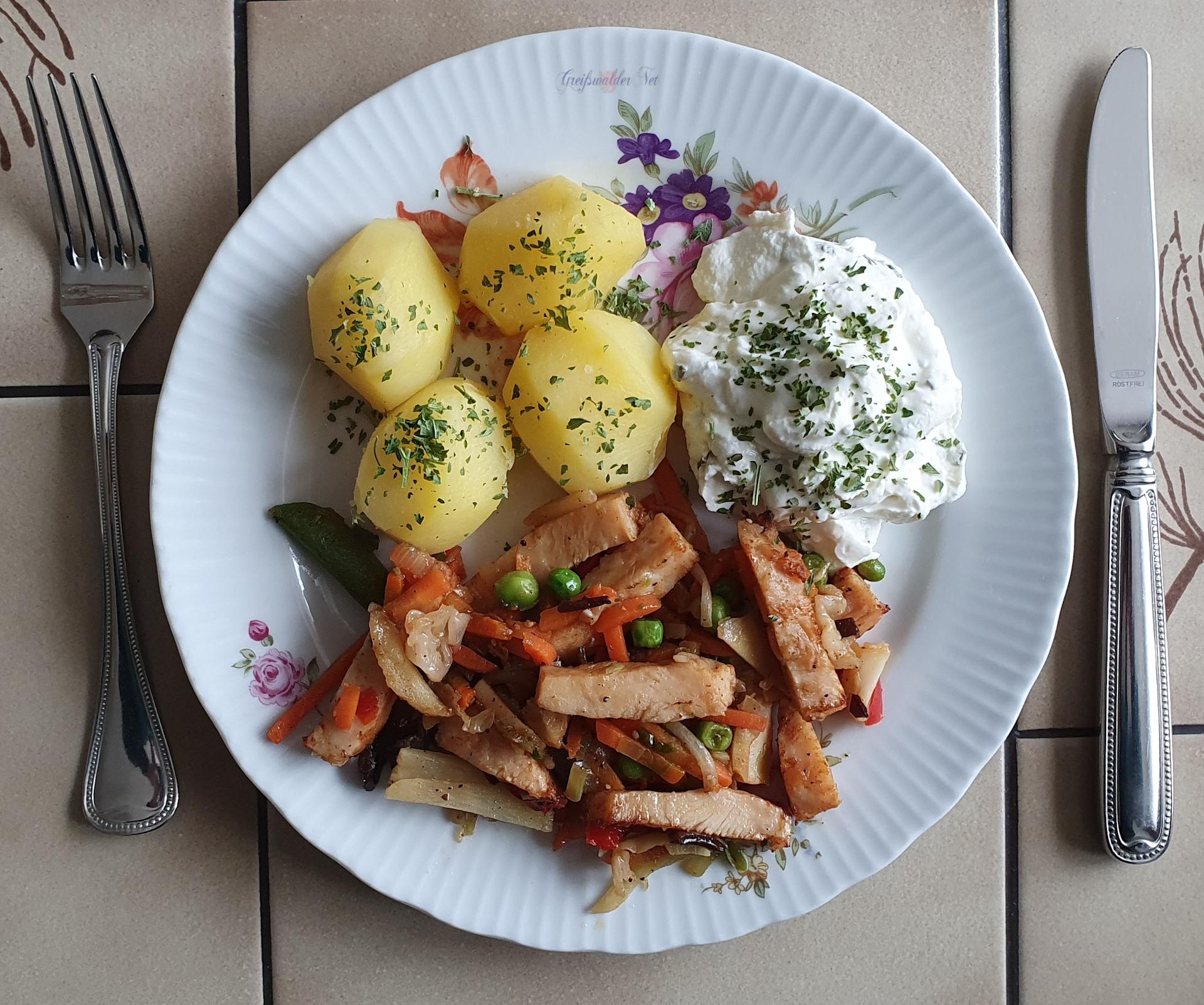 Hähnchen-Filetstreifen mit Wok-Gemüse, Kartoffeln und Kräuterquark