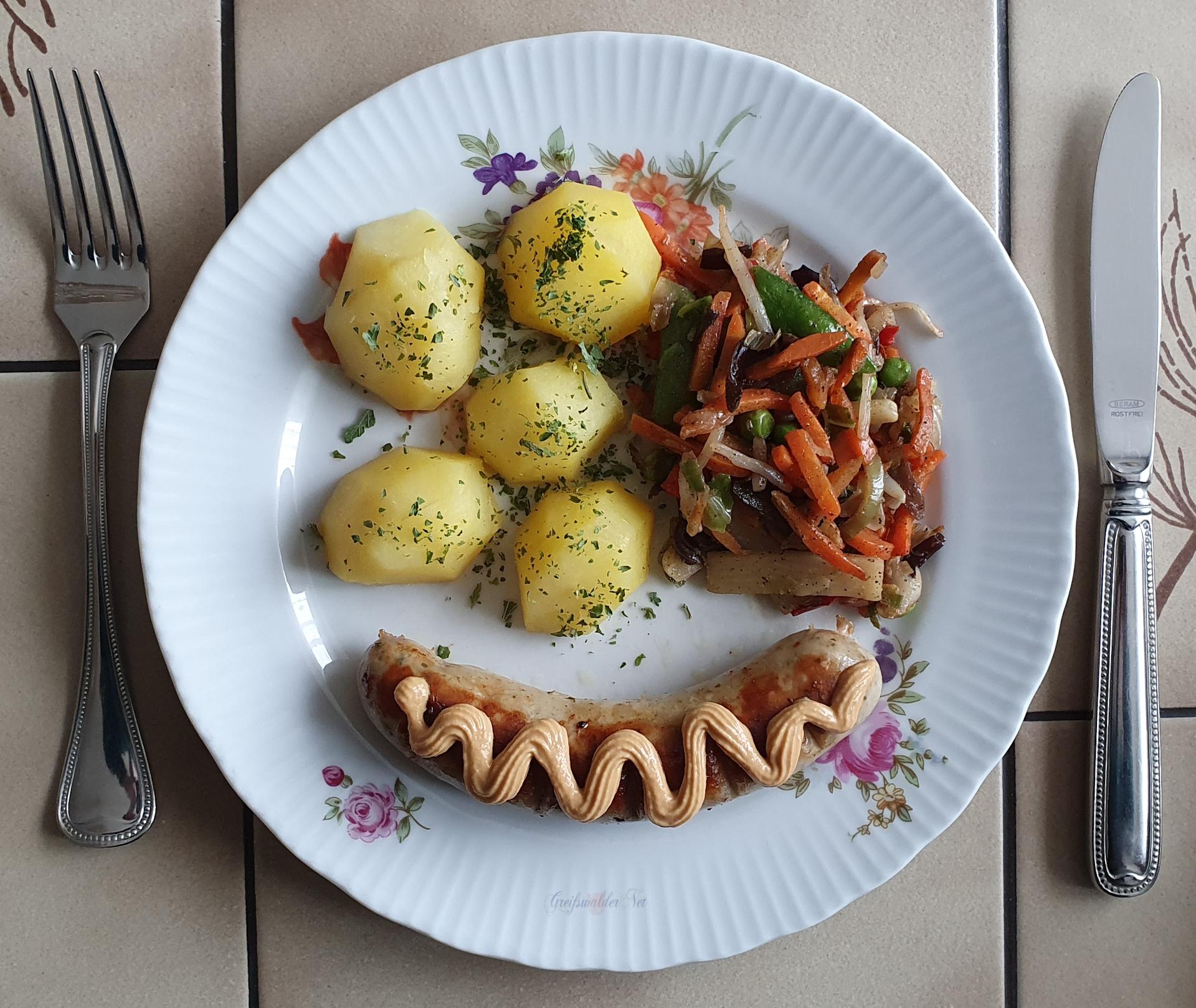 Bratwurst mit Kartoffeln und Wok-Gemüse