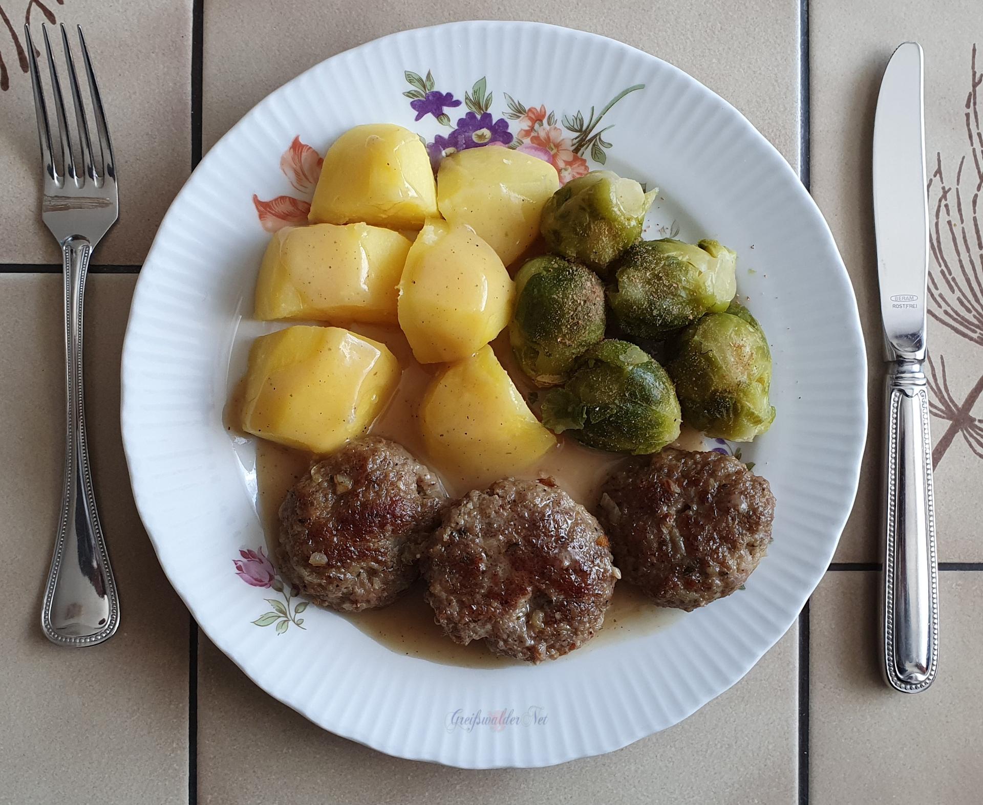 Frikadellen mit Kartoffeln und Rosenkohl