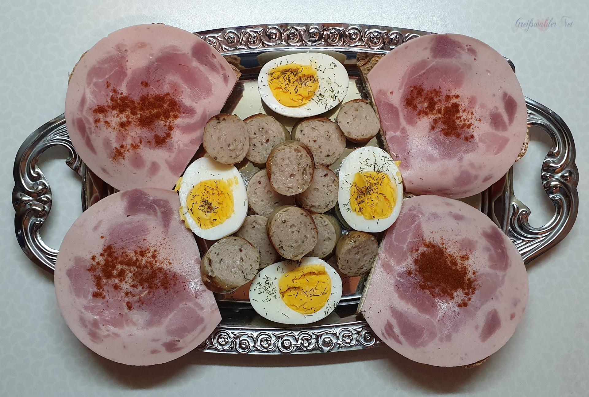 Abendessen - Krustenbrot, Bierschinken, Bratwurst, Eier