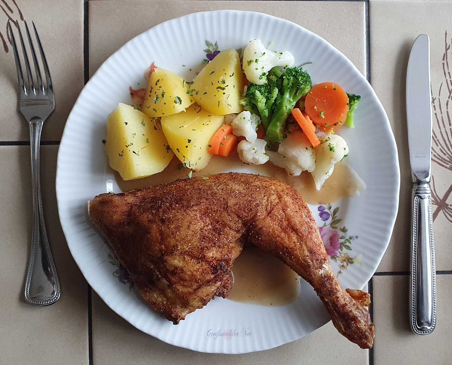 Hähnchenschenkel mit Petersilienkartoffeln und Königsgemüse