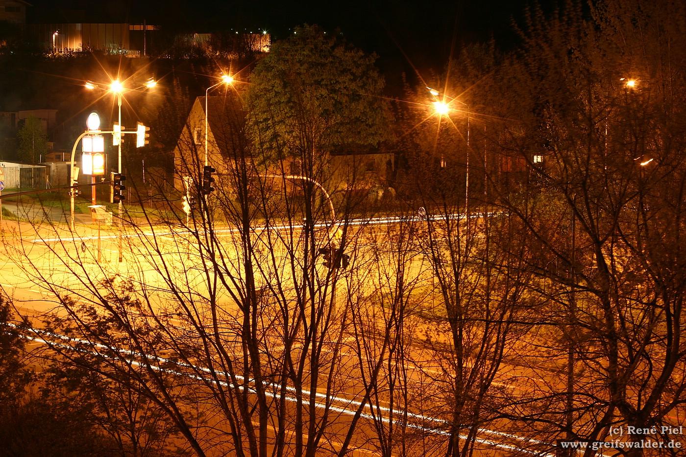 Kreuzungsbereich in der Nacht