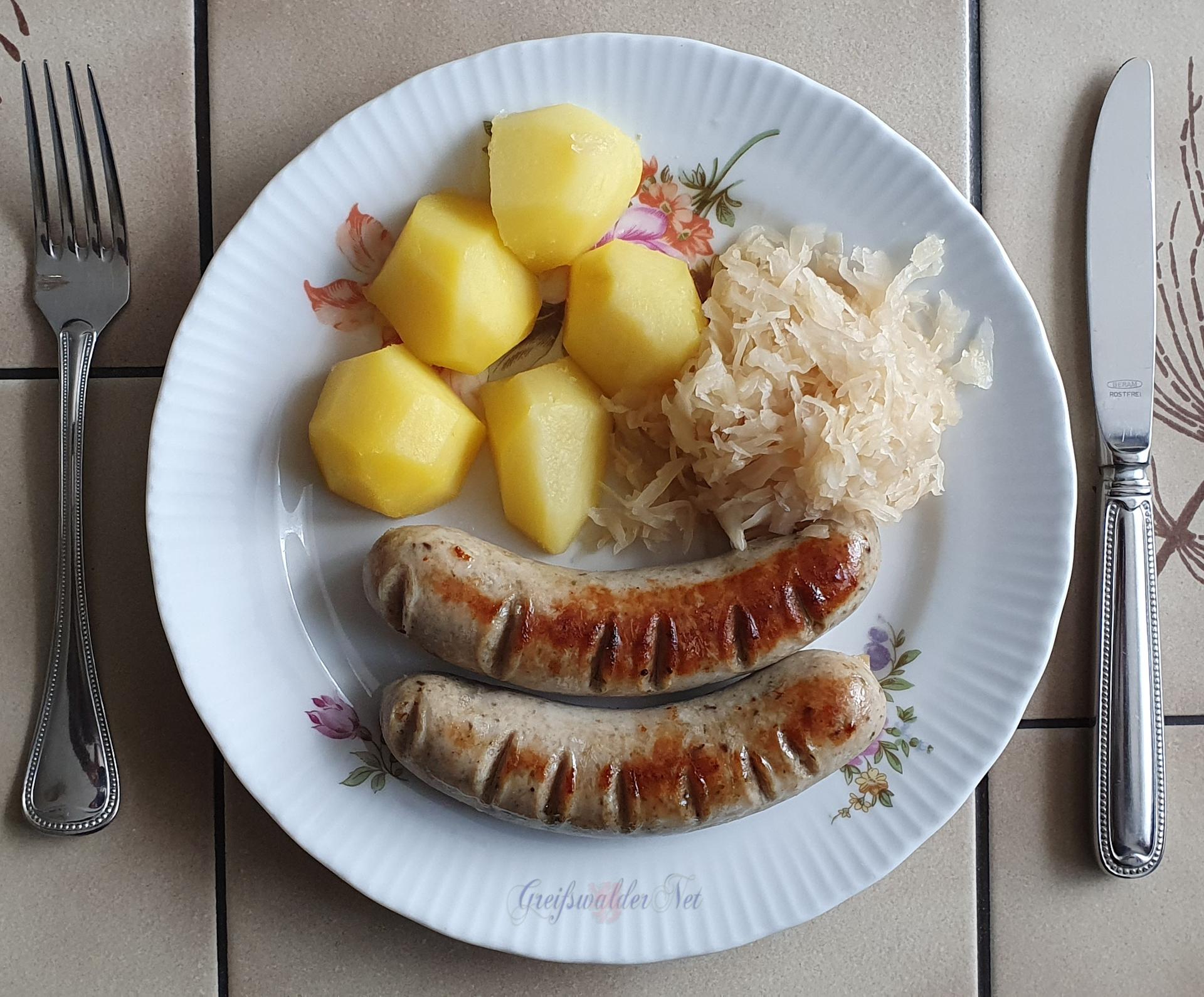 Bratwurst mit Kartoffeln und Sauerkraut