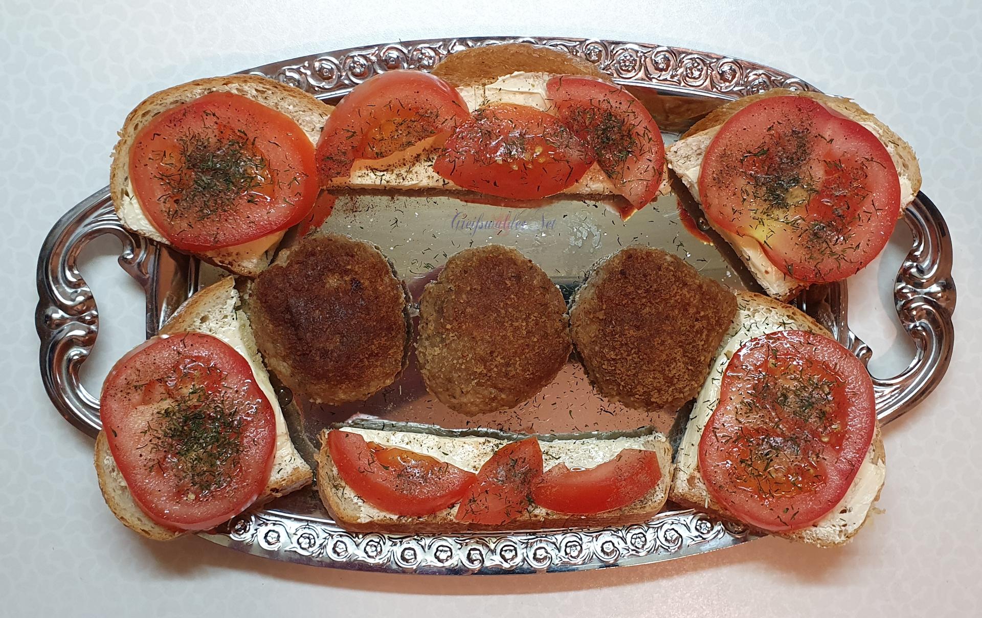 Buletten und Weizenbrot mit Tomate