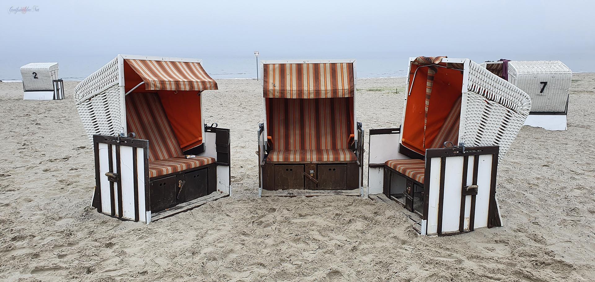 Strandkörbe bei leichtem Nebel am Strand in Greifswald-Eldena