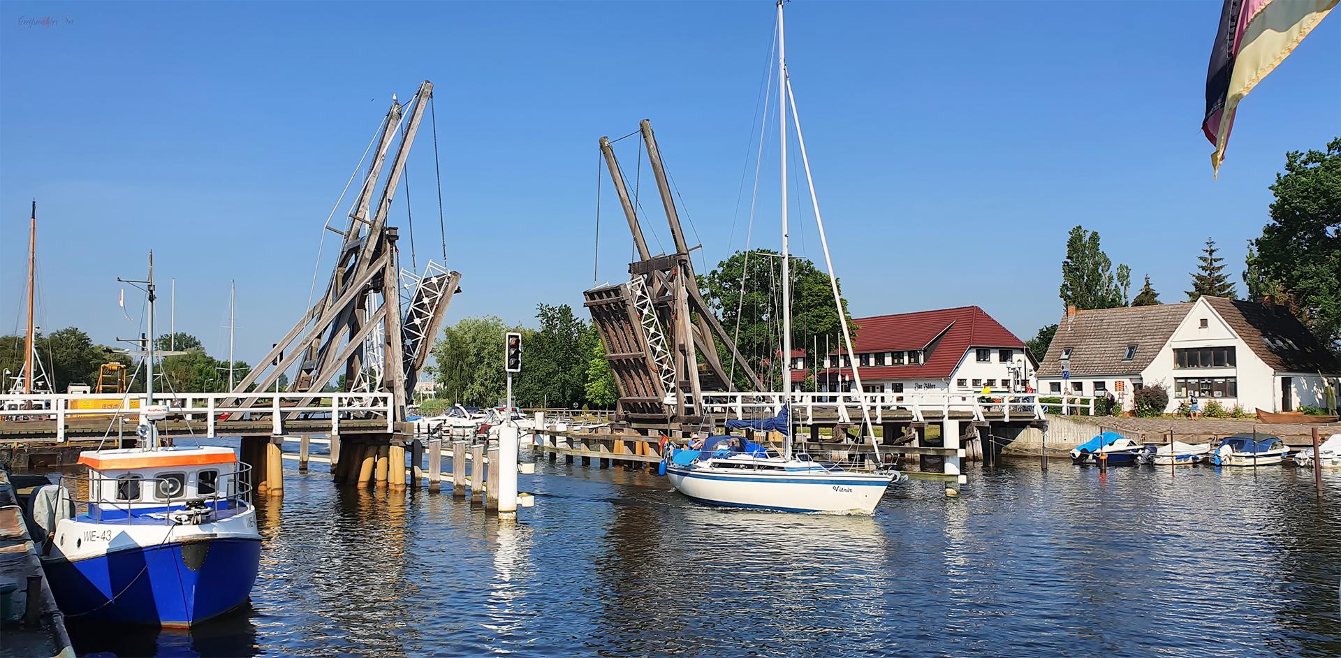 Sommer an der Holzklappbrücke in Greifswald-Wieck