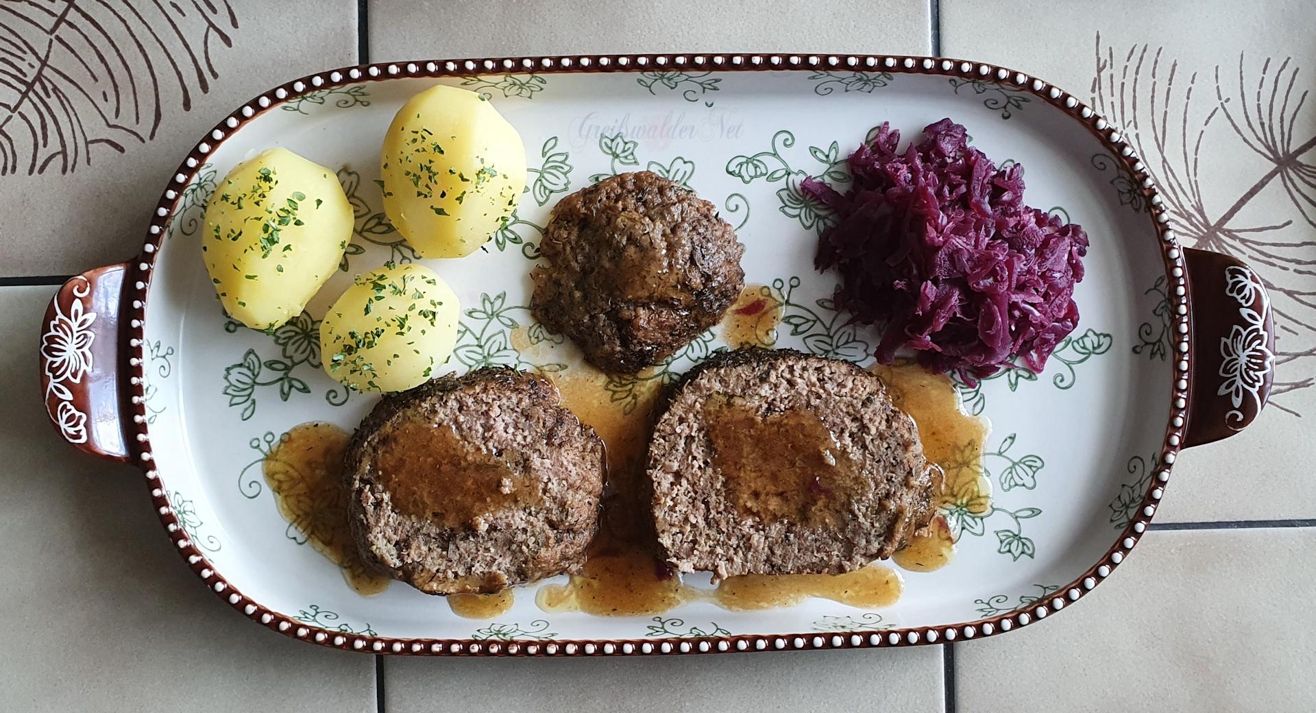 Hackbraten mit Frühkartoffeln und Rotkohl