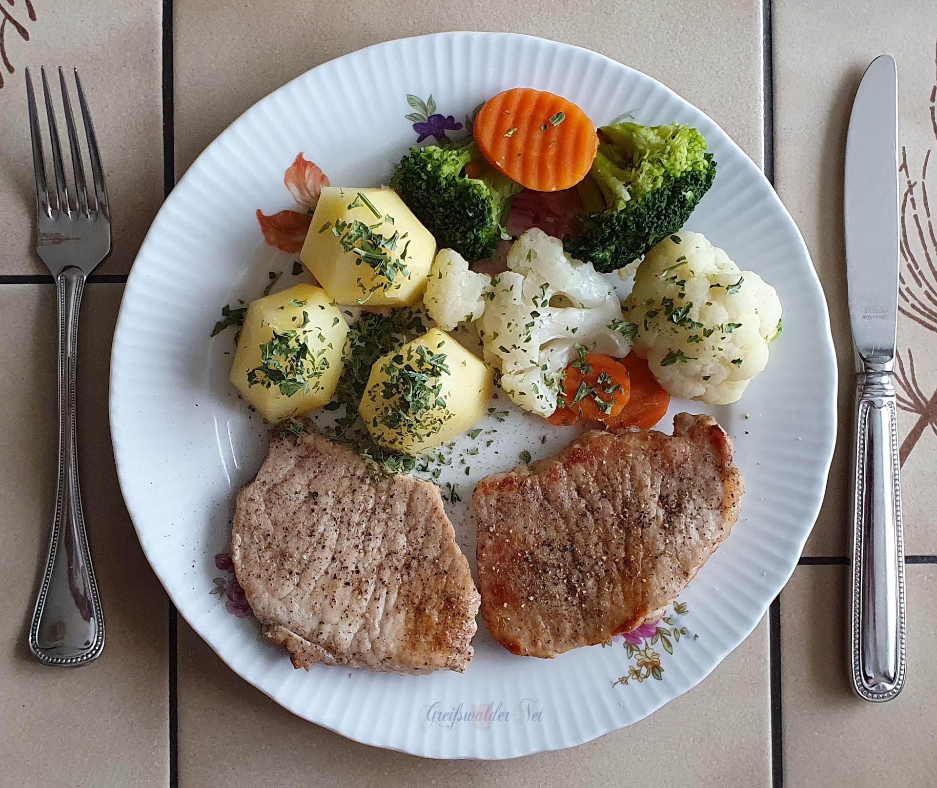 Kleine Steaks mit Petersilienkartoffeln und Kaisergemüse