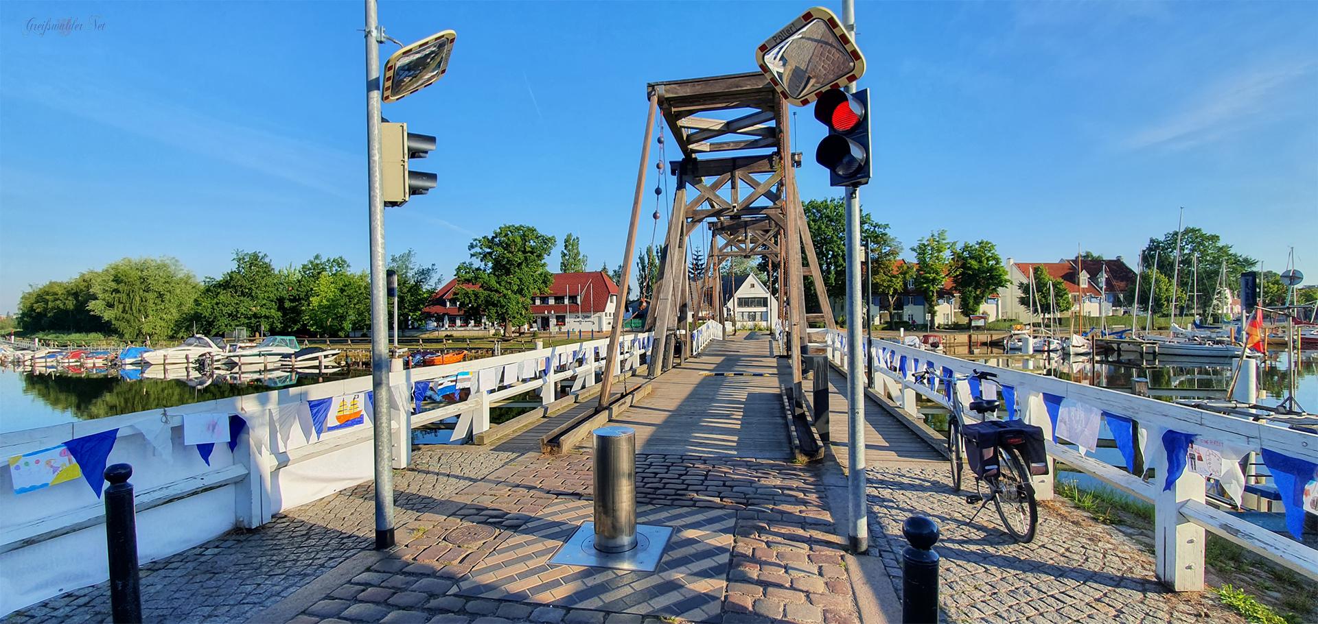 Samstagmorgen an der Holzklappbrücke in Greifswald-Wieck