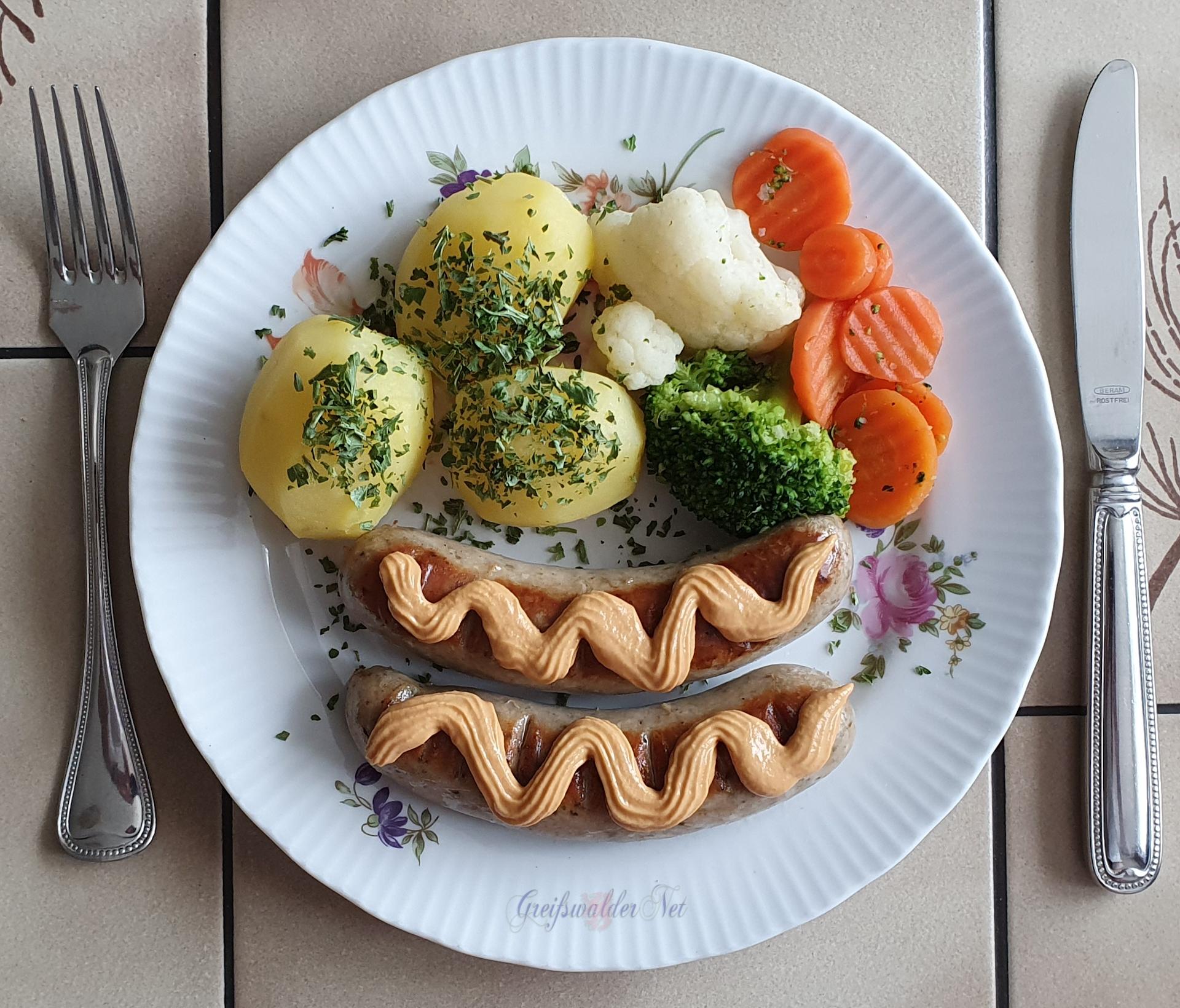 Bratwurst mit Petersilienkartoffeln und Kaisergemüse