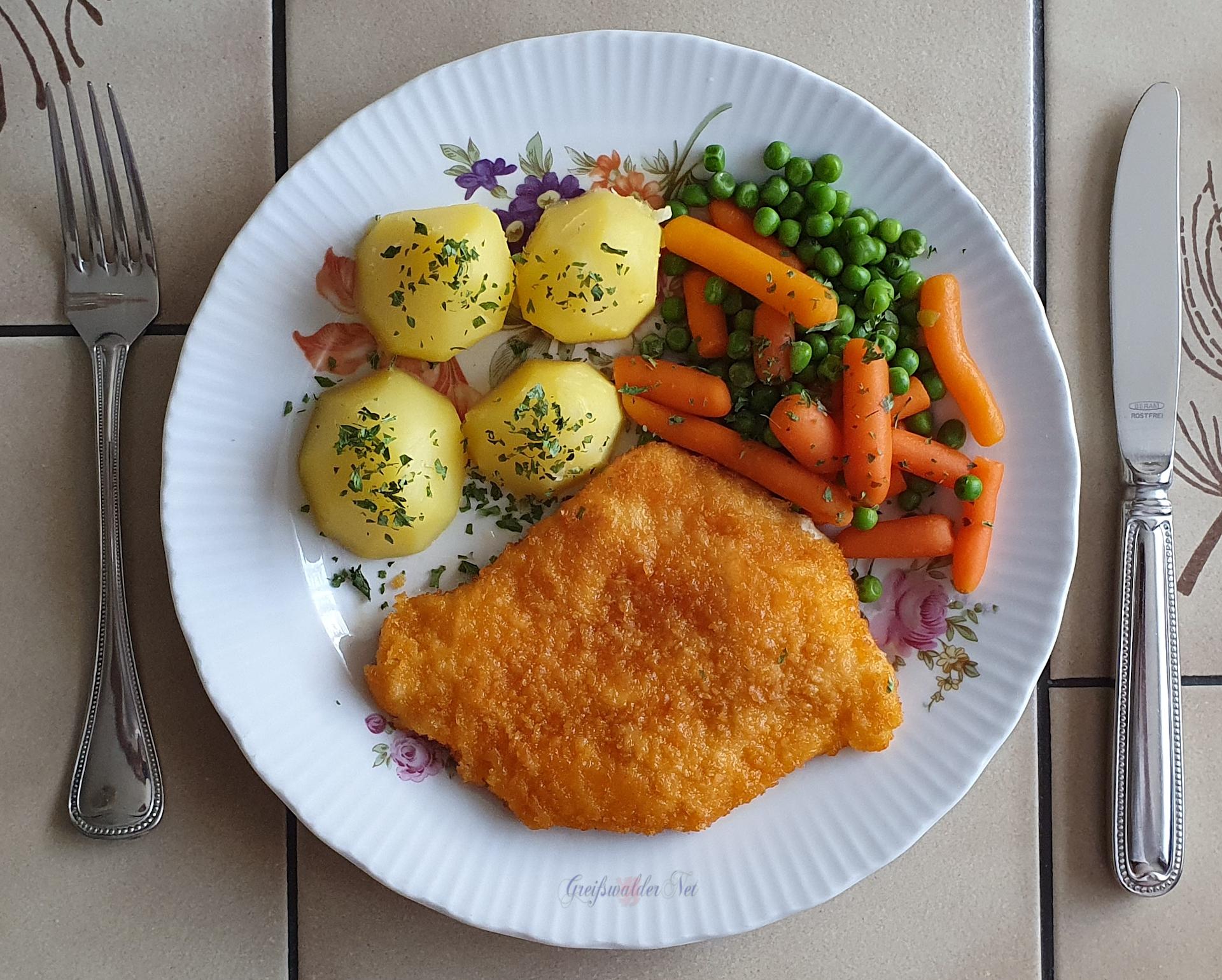 Hähnchenschnitzel mit Frühkartoffeln, Möhren und Erbsen