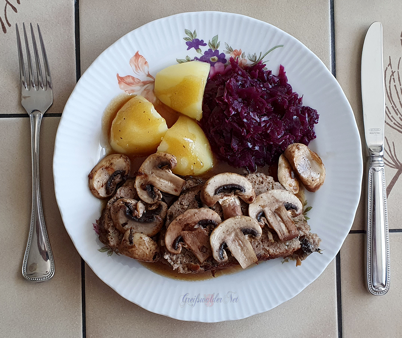 Hackbraten mit Champignons, Kartoffeln und Rotkohl