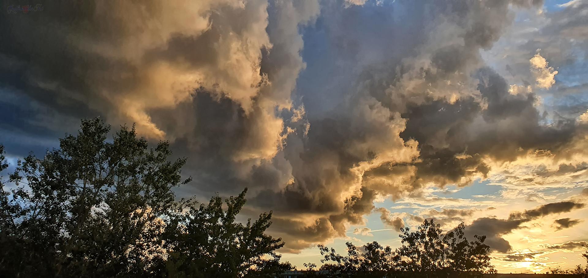 Wolkenformation kurz vor Sonnenuntergang in Greifswald