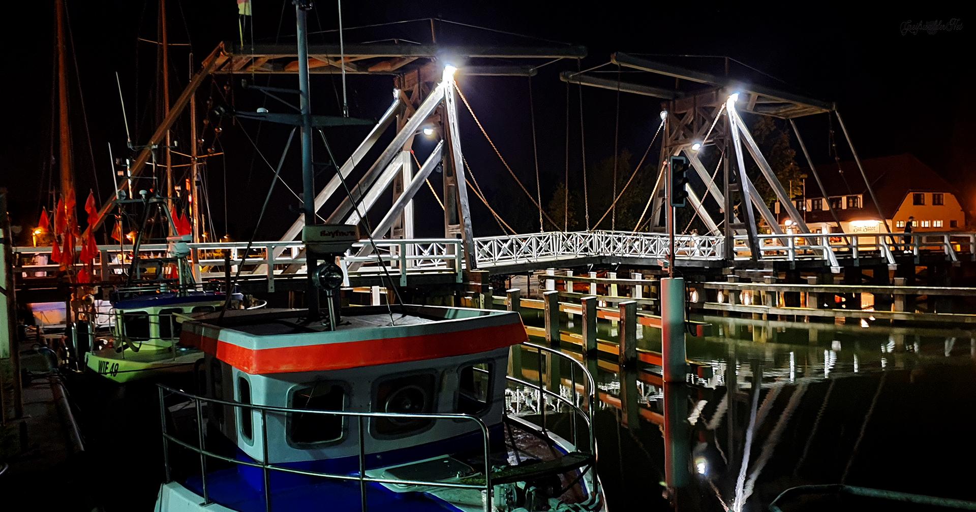 Holzklappbrücke in Greifswald-Wieck bei Nacht