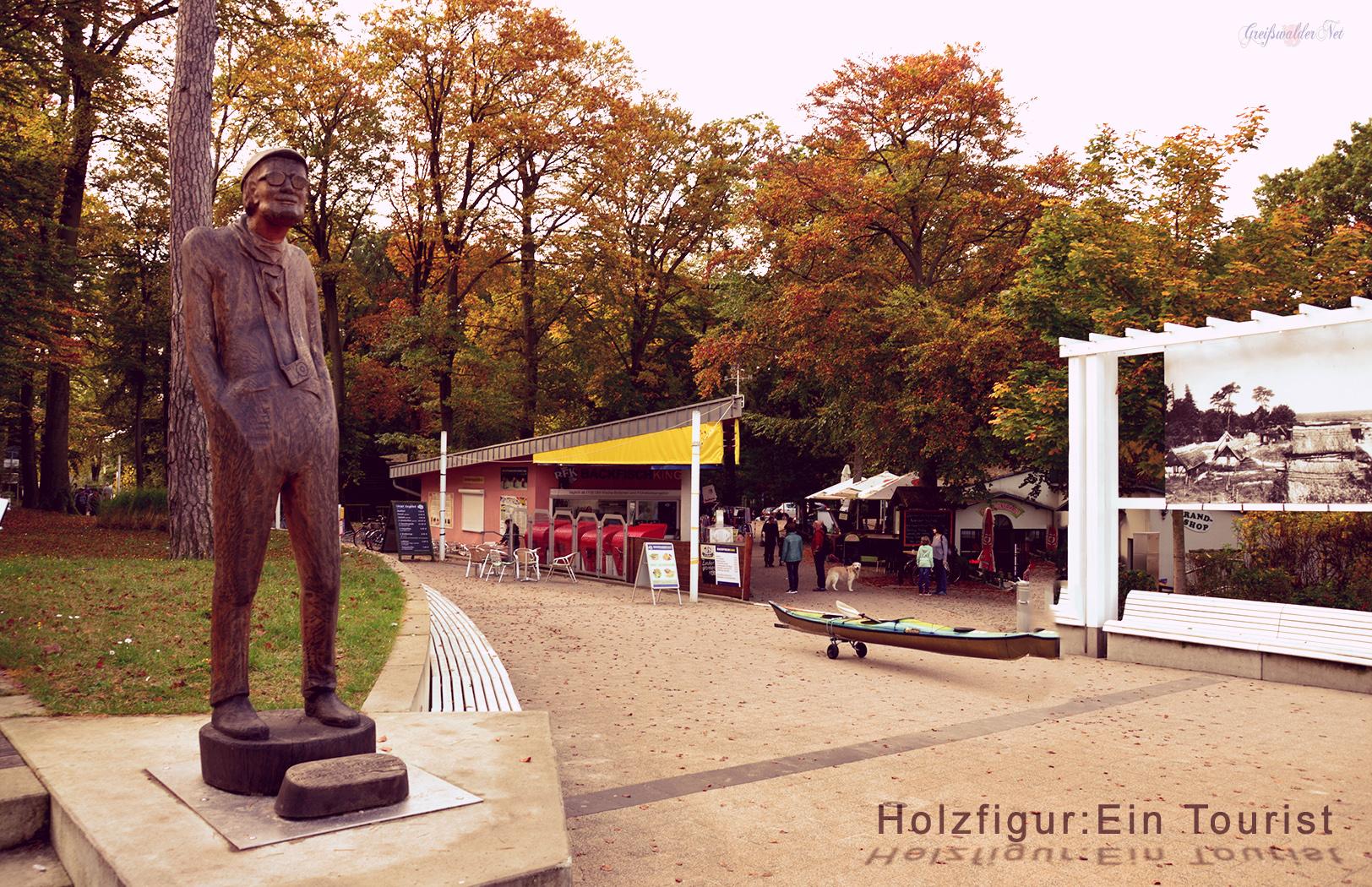 Holzfigur: Ein Tourist - Strandvorplatz Koserow