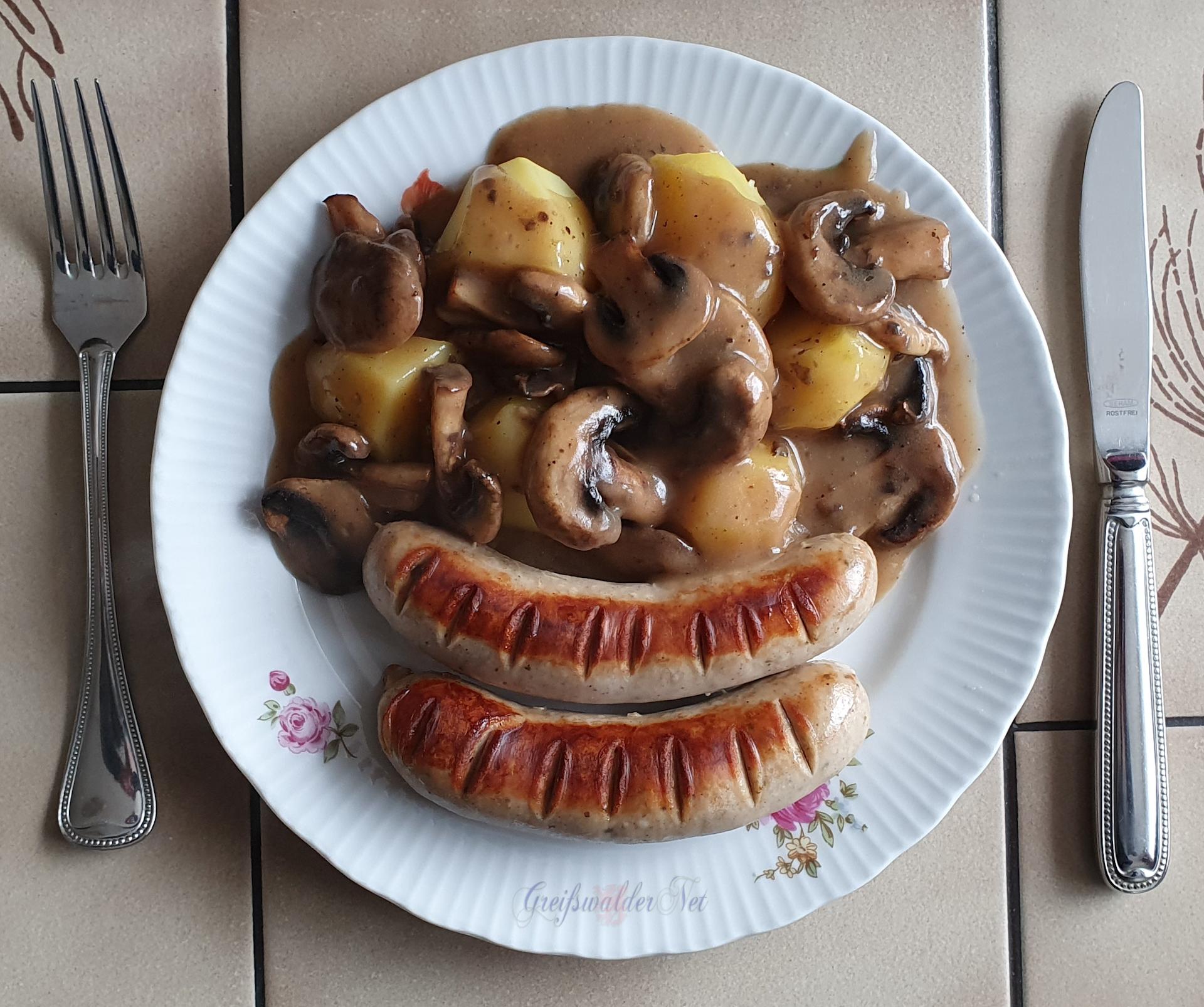 Bratwurst mit Kartoffeln und Champignonsauce
