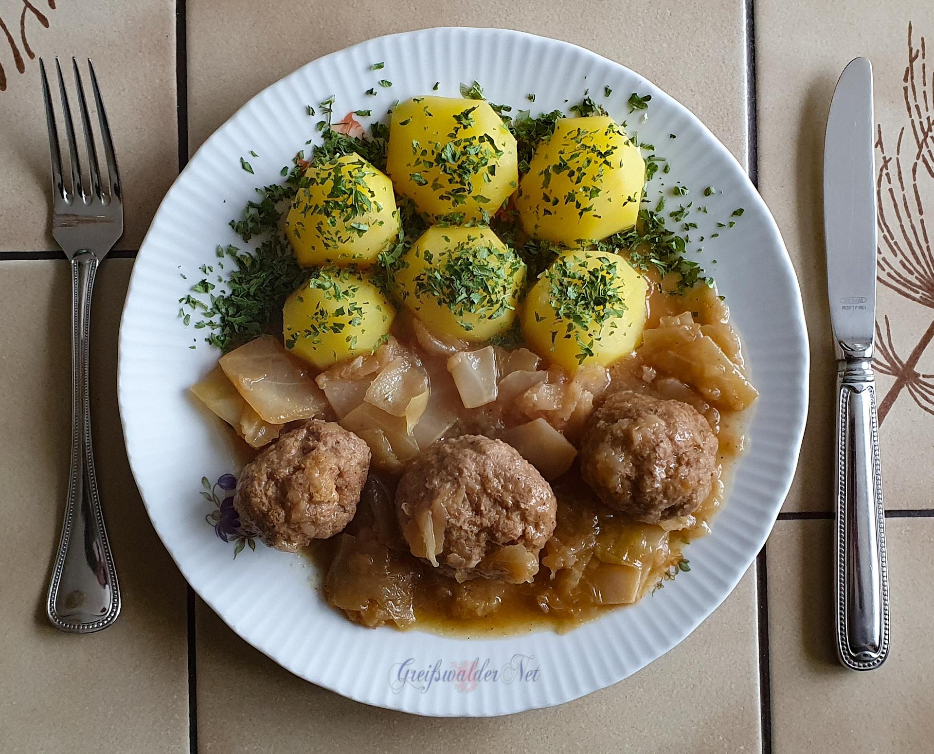 Schmorkohl mit Hackbällchen und Kartoffeln