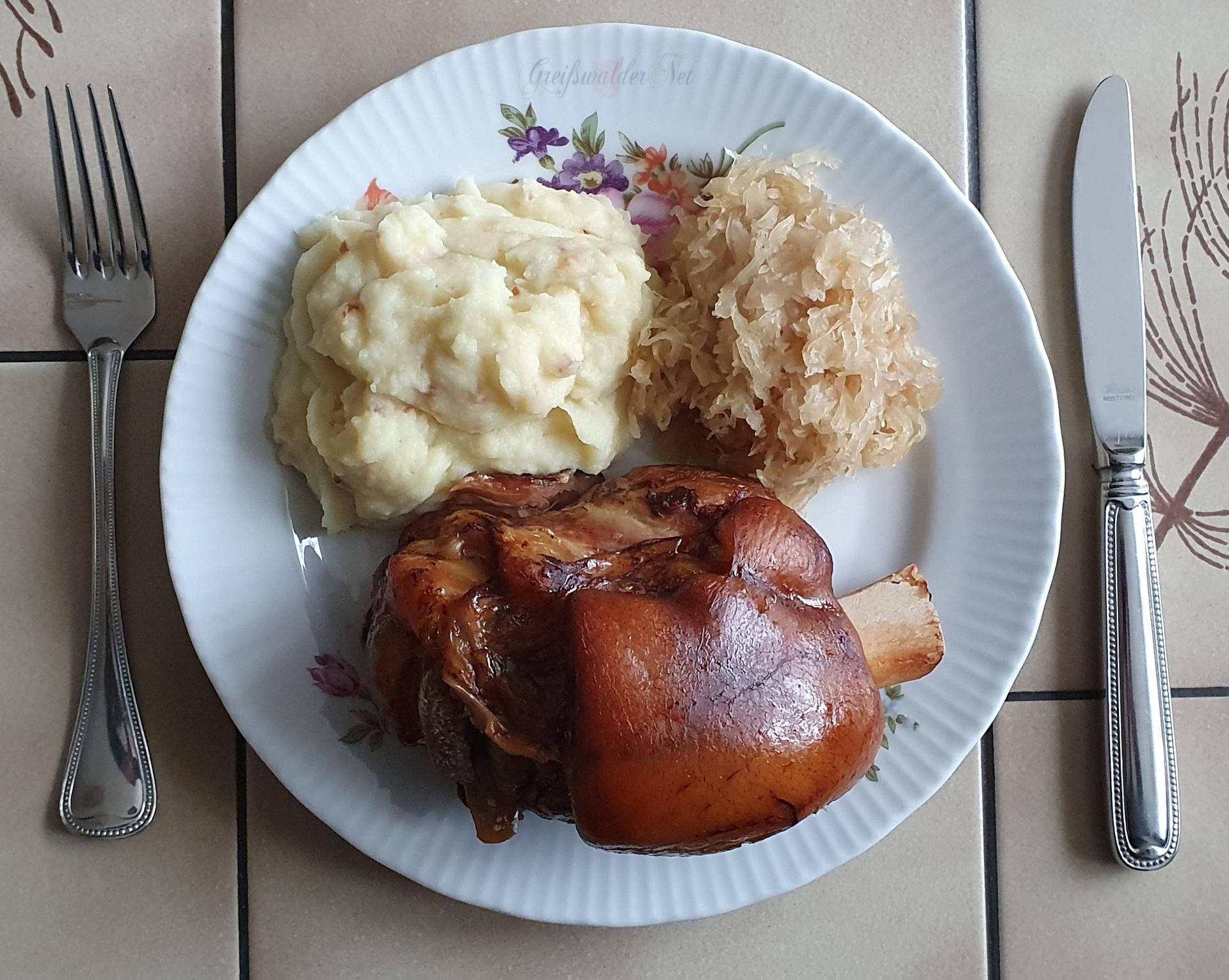 Grillhaxe mit Kartoffelpüree und Sauerkraut