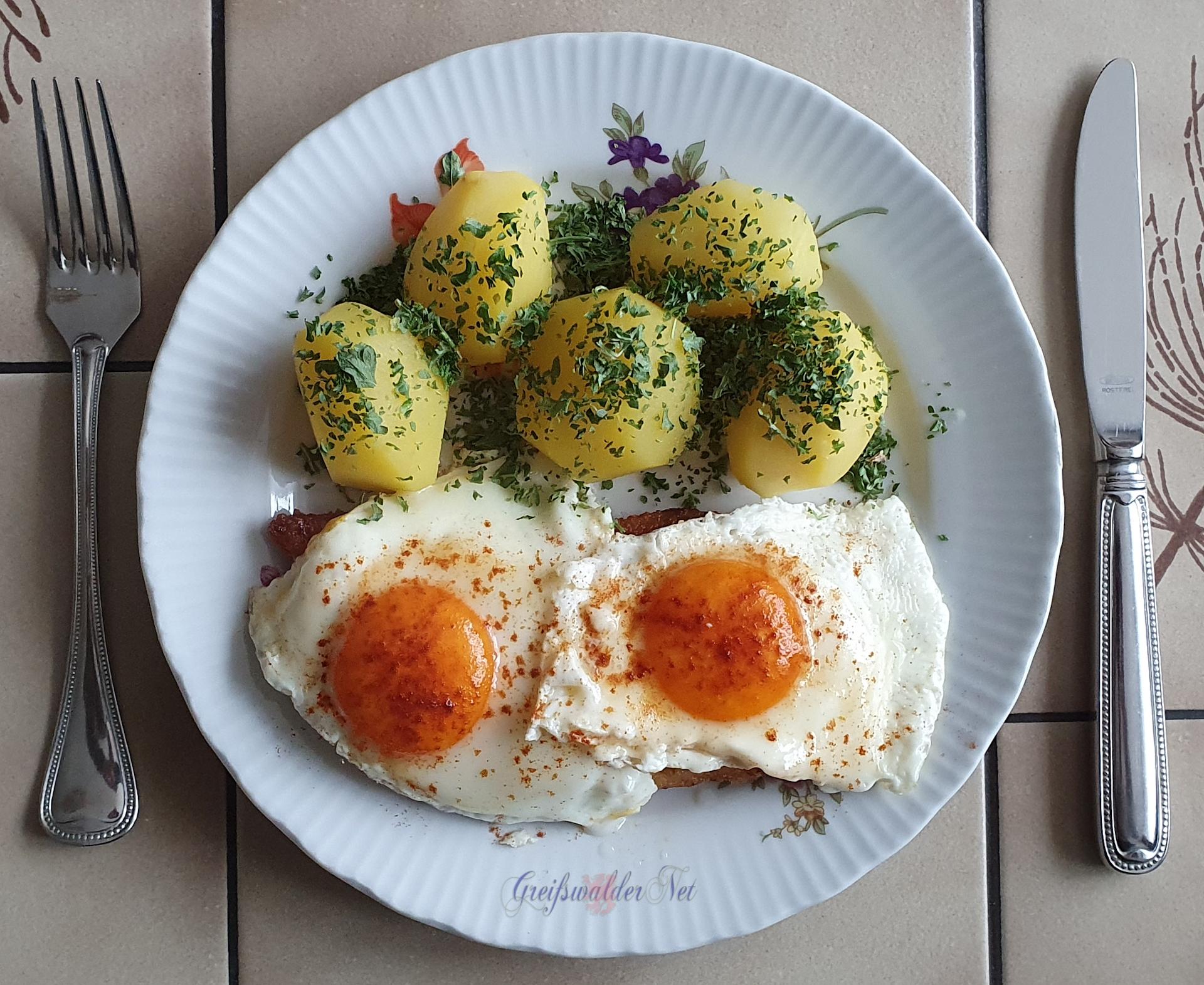 Schnitzel mit Spiegeleier und Petersilienkartoffeln