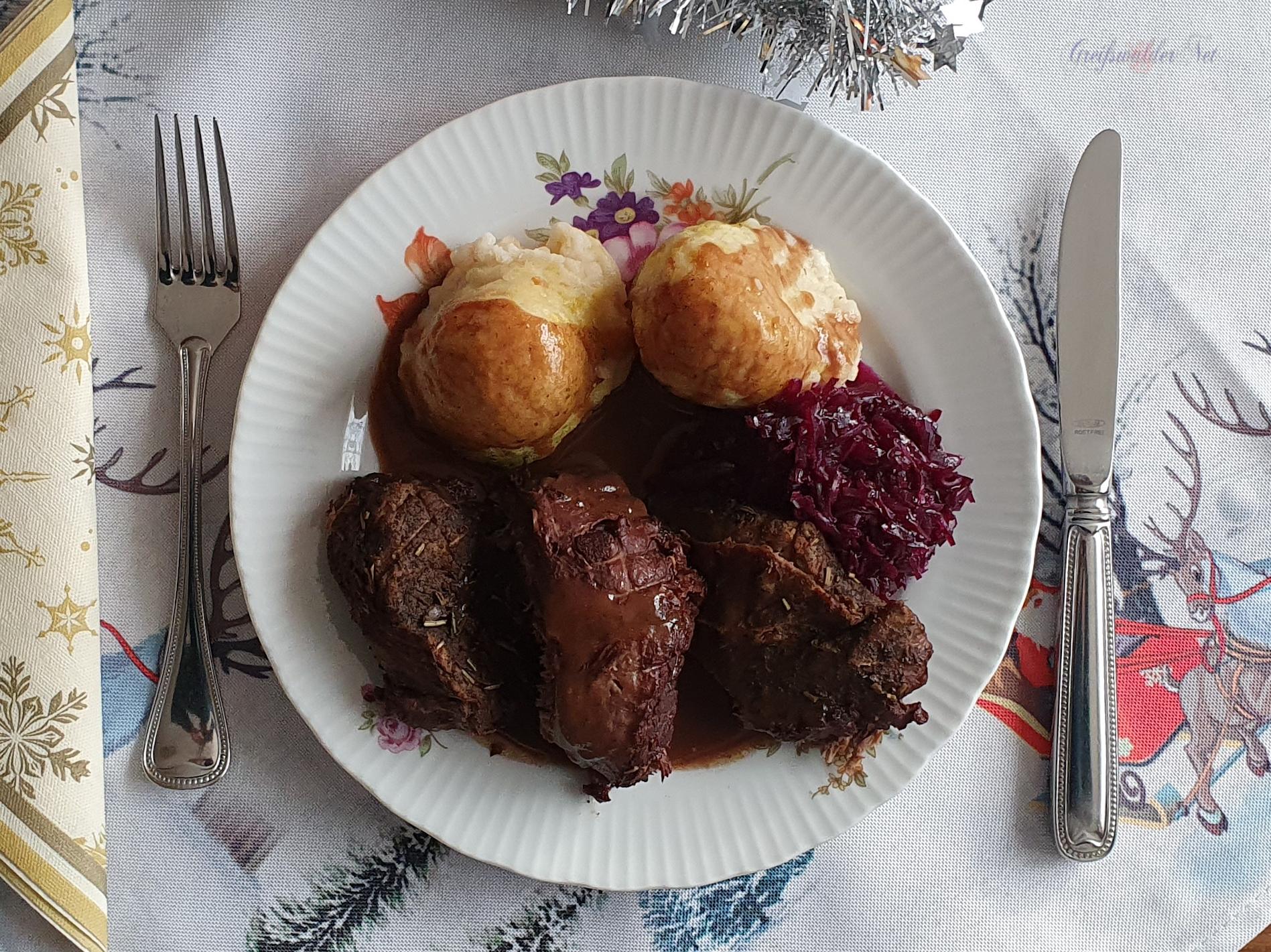 Festtagsessen am 1. Weihnachtsfeiertag, Hirschbraten in Rotweinsauce, Semmelknödel und Rotkohl