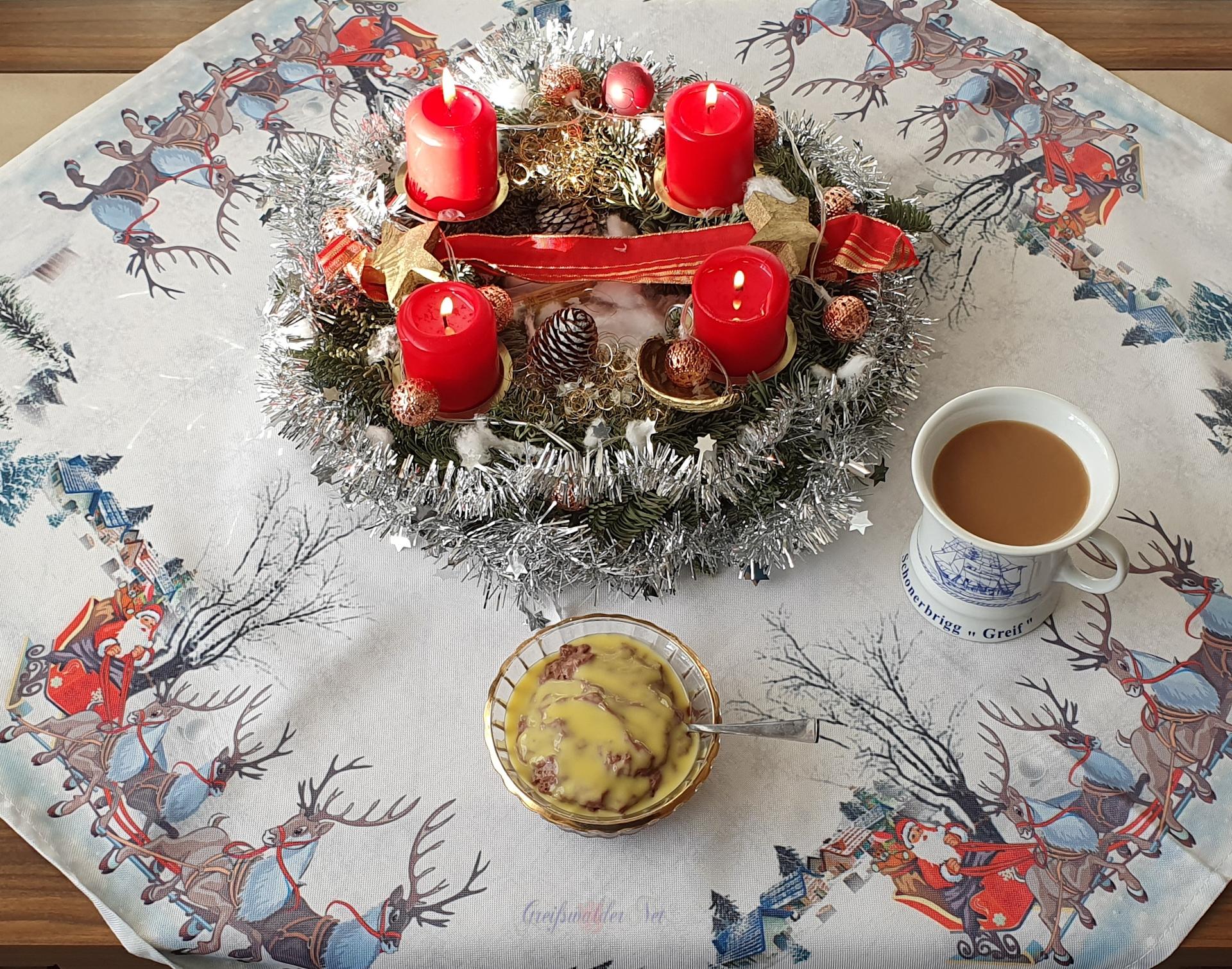 Festtagsessen am 1. Weihnachtsfeiertag, Schokopudding mit Eierlikör, dazu ein Kaffee