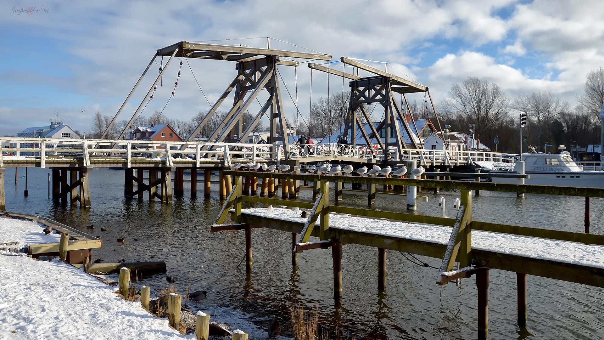 Wintersonntag an der Holzklappbrücke in Greifswald-Wieck