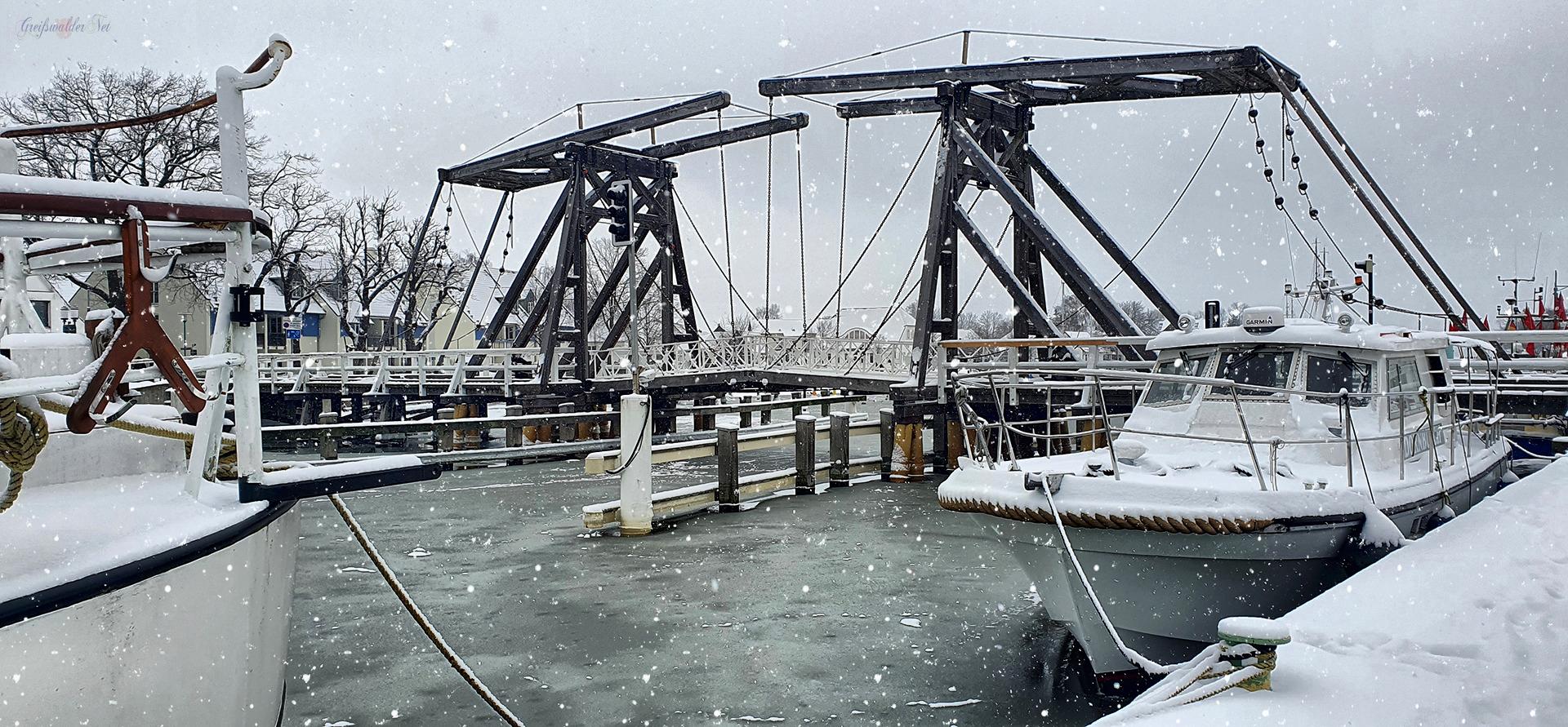Schnee an der Holzklappbrücke in Greifswald-Wieck